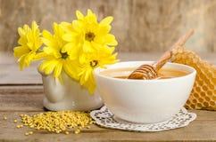 Желтые цветки и продукты мед пчелы, цветень, соты Стоковое Фото