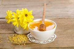 Желтые цветки и продукты мед пчелы, цветень Стоковые Фото