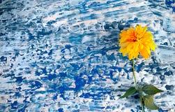 Желтые цветки на винтажной деревянной предпосылке деревенский Стоковое фото RF