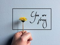 Желтые цветок и рука и цитаты бесплатная иллюстрация
