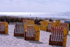 Желтые шезлонги на песчаном пляже стоковая фотография rf