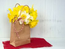 Желтые daffodils в коричневом мешке стоковое изображение