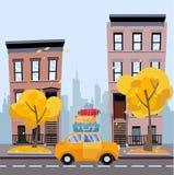 Желтый автомобиль с чемоданами на крыше против предпосылки городского пейзажа осени Ландшафт с небольшими домами, силуэт города  иллюстрация штока