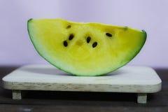 Желтый арбуз полезен для сердечно-сосудистой системы Волокно в арбузе улучшает представление кишечника стоковое изображение