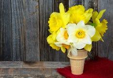 Желтый букет daffodil в конусе стоковые изображения rf