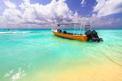 Желтый быстроходный катер на пляже карибского моря Стоковая Фотография RF