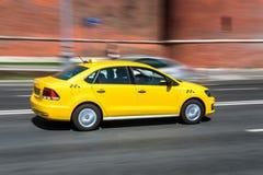 Желтый быстро проходить такси стоковое изображение