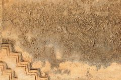 Желтый гипсолит на старой стене Стоковые Изображения RF