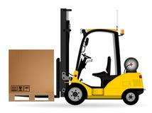 Желтый грузоподъемник склада с картонной коробкой на паллете Взгляд со стороны Склад, поставка и транспорт товаров Стоковые Изображения