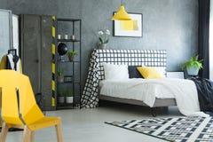 Желтый дизайнерский стул в спальне стоковая фотография rf
