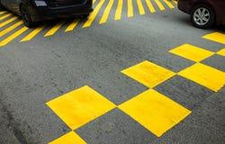 Желтый знак на улице с автомобилями на предпосылке Стоковые Фотографии RF
