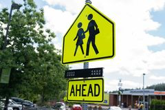 Желтый знак скрещивания зоны школы стоковые фотографии rf