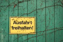 Желтый знак с немецкой надписью для стоковые изображения rf