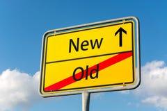 Желтый знак улицы с новое вперед выходя старое задним Стоковая Фотография