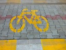 Желтый значок знака велосипеда велосипеда на улице пол пути grunge краски асфальта внешний Стоковые Изображения RF