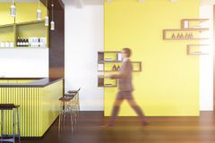 Желтый интерьер паба, полки на стене, бизнесмене Стоковые Фото