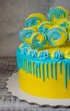 Желтый и голубой торт потека цвета плавленого сыра с merengues Стоковые Изображения RF