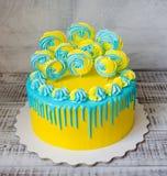 Желтый и голубой cream чизкейк с merengues Стоковые Фотографии RF