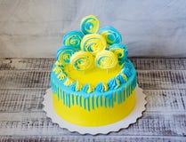 Желтый и голубой cream чизкейк с merengues Стоковые Фото