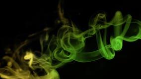 Желтый и зеленый покрашенный дым на черной предпосылке, абстрактное облако Абстрактное зеленое освещение акции видеоматериалы