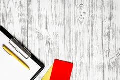 Желтый и красный рефери чешет деревянное copyspac взгляд сверху предпосылки Стоковое Изображение RF