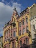 Желтый и розовый дворец с статуей дракона в wi центра города Лодза Стоковое фото RF