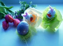 Желтый и синь покрасил яичка, тюльпаны и зайцев пасхи на праздник пасхи Стоковое Изображение
