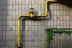 Желтый клапан газопровода на стене Стоковые Фотографии RF