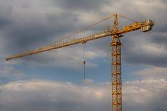 Желтый кран конструкции на фоне неба Стоковые Изображения RF