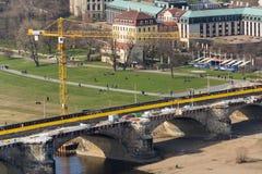Желтый кран на строительной площадке моста Augustus - самый старый мост над Эльбой стоковое фото rf