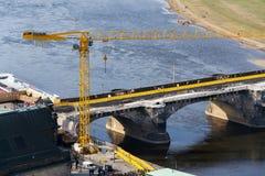 Желтый кран на строительной площадке моста Augustus - самый старый мост над Эльбой стоковое фото