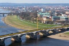 Желтый кран на строительной площадке моста Augustus - самый старый мост над Эльбой стоковая фотография