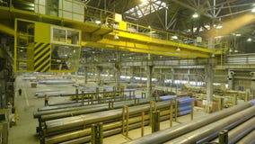 Желтый крытый кран Работайте смертная казнь через повешение крана на заводе для продукции труб Стоковые Изображения