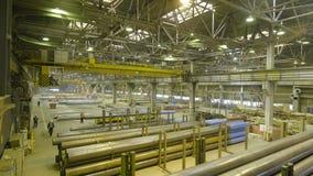 Желтый крытый кран Работайте смертная казнь через повешение крана на заводе для продукции труб Стоковое Изображение