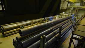 Желтый крытый кран Работайте смертная казнь через повешение крана на заводе для продукции труб Стоковые Фото
