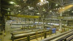 Желтый крытый кран Работайте смертная казнь через повешение крана на заводе для продукции труб Стоковая Фотография RF