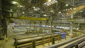 Желтый крытый кран Работайте смертная казнь через повешение крана на заводе для продукции труб Стоковая Фотография