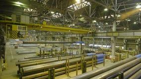Желтый крытый кран Работайте смертная казнь через повешение крана на заводе для продукции труб Стоковые Изображения RF
