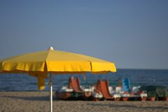 Желтый парасоль открытый на пляже Стоковые Изображения