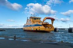 Желтый паром корабля покидая порт стоковое изображение