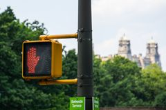 Желтый пешеходный свет стоковое изображение rf