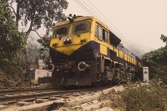 Желтый поезд идет рельсом Стоковое Фото