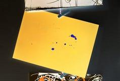 Желтый прямоугольник с голубыми пятнами на черноте стоковые изображения