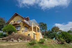Желтый ретро дом стиля в саде поля Стоковые Фото