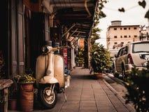 Желтый ретро скутер стоковые фотографии rf