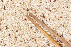 Желтый рис и деревянные палочки Стоковая Фотография