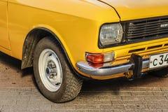 Желтый русский автомобиль Москва Россия 14-ое апреля 2018 Стоковые Фотографии RF