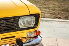 Желтый русский автомобиль Москва Россия 14-ое апреля 2018 Стоковые Изображения