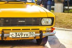 Желтый русский автомобиль Москва Россия 14-ое апреля 2018 Стоковая Фотография RF