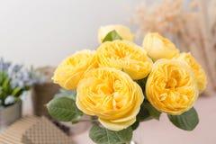Желтый сад поднял Цветки букета роз в стеклянной вазе Затрапезное шикарное домашнее оформление Стоковое Изображение